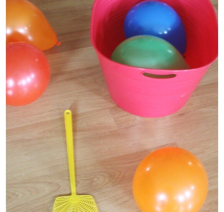 https://www.tapaidiapaizei.gr/wp-content/uploads/2020/07/Balloon-Tennis-Indoor-Gross-Motor-Activity-Fly-Swatter-and-Balloons-760x720.jpg